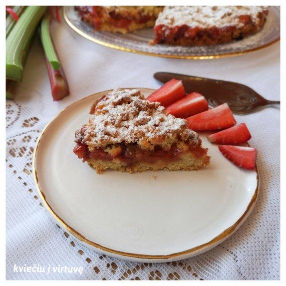 Trupininis rabarbarų pyragas su braškėmis