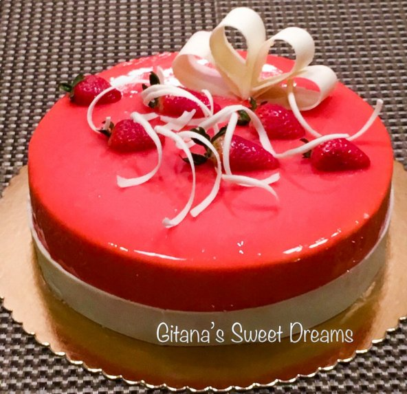 Muso tortas su braškėmis ir veidrodine glazūra