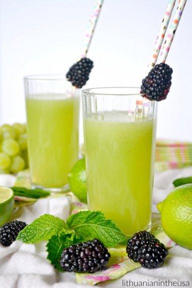 Melionų, mėtų ir žaliųjų citrinų gaivusis gėrimas