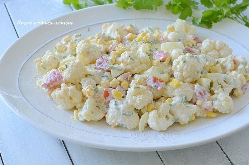 Greitos žiedinių kopūstų salotos su kiaušiniais ir kukurūzais