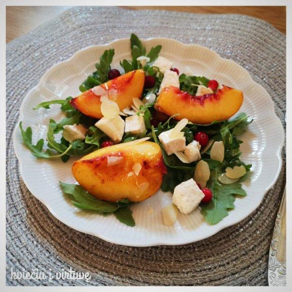 Salotos su karamelizuotais persikais