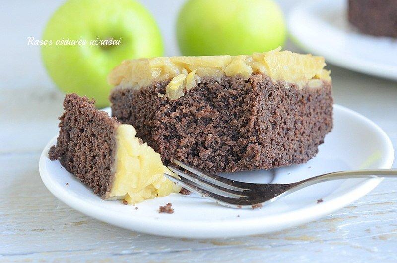 Šokoladinis manų pyragas su obuoliais