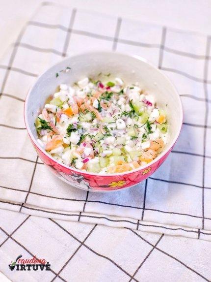 Greitos grūdėtos varškės salotos su lašiša
