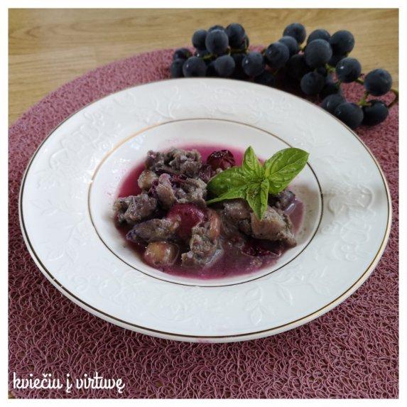 Antienos troškinys su vynuogėmis