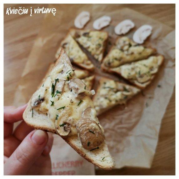 Karšti sumuštiniai su pievagrybiais ir sūriu