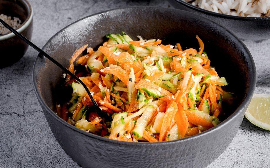 Azijietiškos agurkų ir morkų salotos