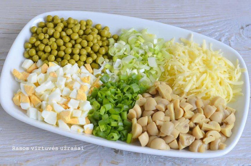 Greitos pievagrybių salotos su kiaušiniais ir sūriu