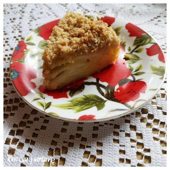 Nematomas obuolių ir kriaušių pyragas su migdoliniais trupiniais