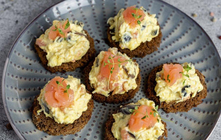 Kiaušinių užtepėlė su lašiša ir karamelizuotais svogūnais