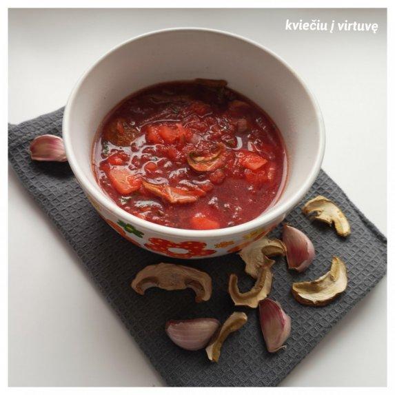 Burokėlių sriuba su džiovintais baravykais