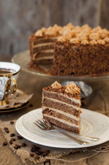 Meduolinis tortas su karameliniu maskarponės kremu