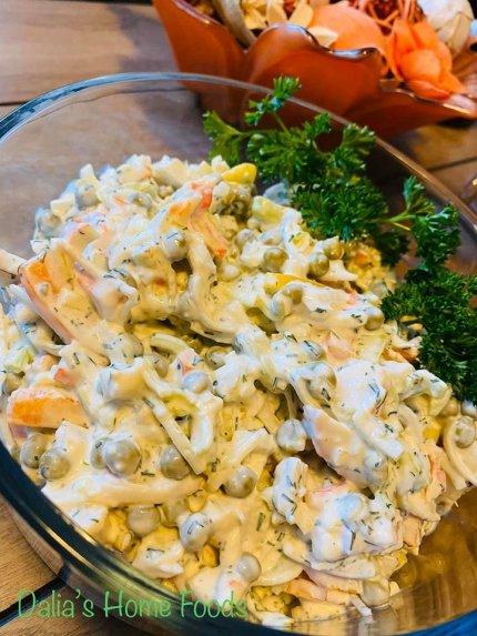 Krabų lazdelių salotos su porais ir sūriu
