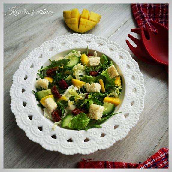 Salotos su mangais ir džiovintais pomidorais