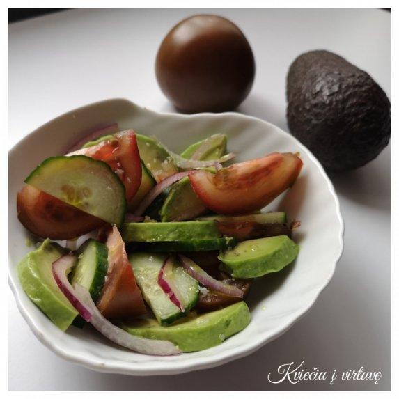 Gaivios salotos su pomidorais, avokadais, agurkais