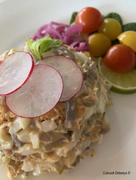 Silkės ir kiaušinių salotos su kepta duona