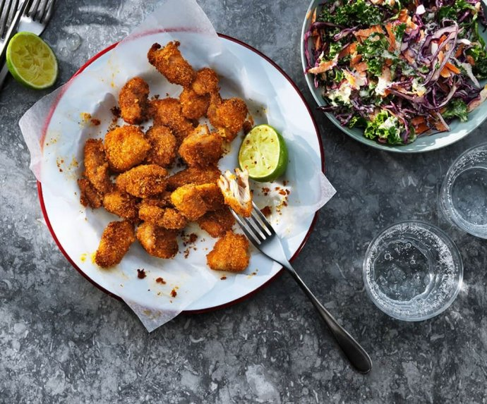 Traškūs vištienos gabaliukai su kopūstų salotomis