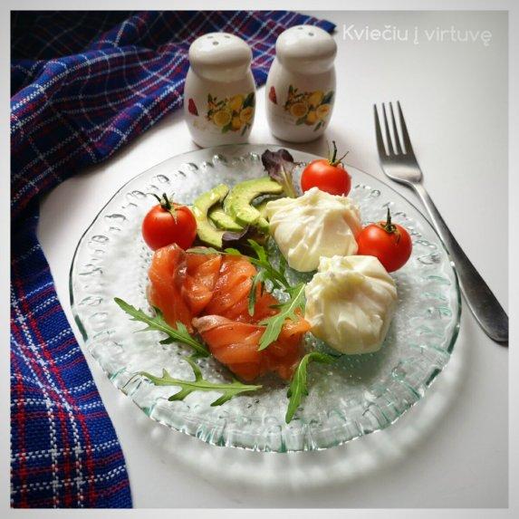 Kiaušiniai virtas be lukšto su lašiša ir avokadu