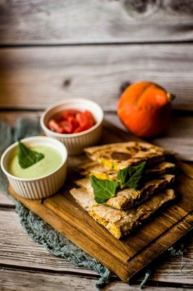 Tortilijų pyragėliai su vištiena ir daržovėmis