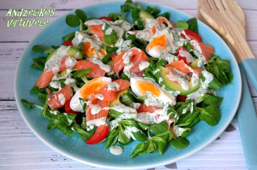 Gaivios salotos su avokadais, lašiša, kiaušiniais