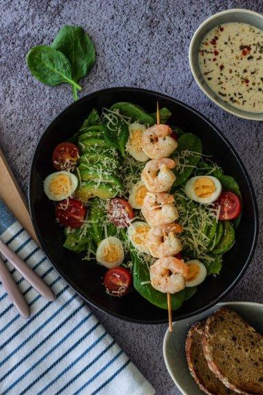 Salotos su kiaušiniais ir krevetėmis