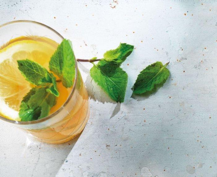 Šalta arbata su mėtomis ir citrinomis