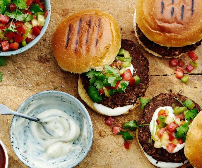 Veganiškas burgeris su daržovėmis ir AIOLI padažu