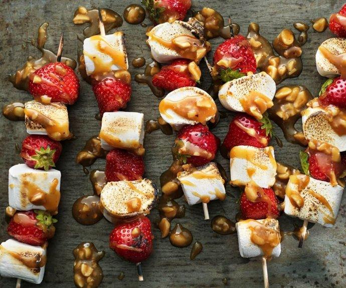 Braškių ir zefyrų iešmeliai su karameliniu padažu