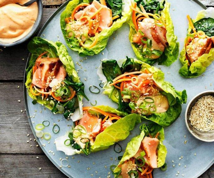 Azijietiška lašiša salotų lapuose