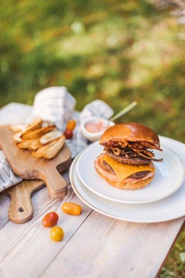 Nuodėmingas mėsainis su dvigubu mėsos paplotėliu ir šonine