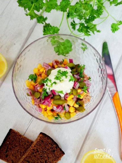 Tuno salotos su kukurūzais ir raugintais agurkėliais
