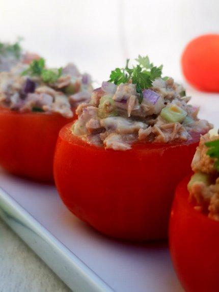 Tunu įdarytų pomidorų užkandėlė (be majonezo)