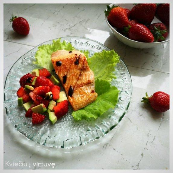 Lašiša su braškių ir avokadų salotomis