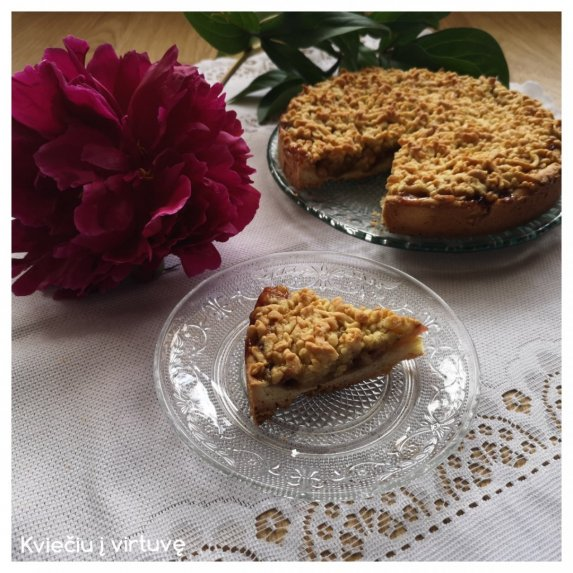 Trupininis pyragas su obuoliene ir rabarbarais