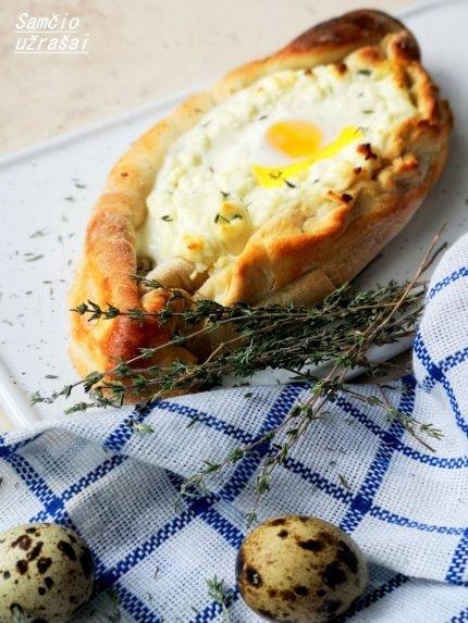 Adžaruli chačapuri su sūriu ir kiaušiniu