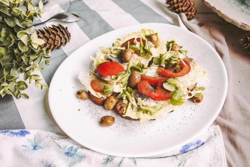 Gaivūs sumuštiniai su silke ir pomidorais