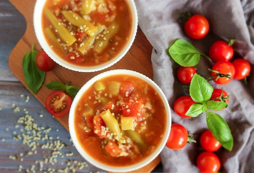 Šparaginių pupelių sriuba su pomidorais
