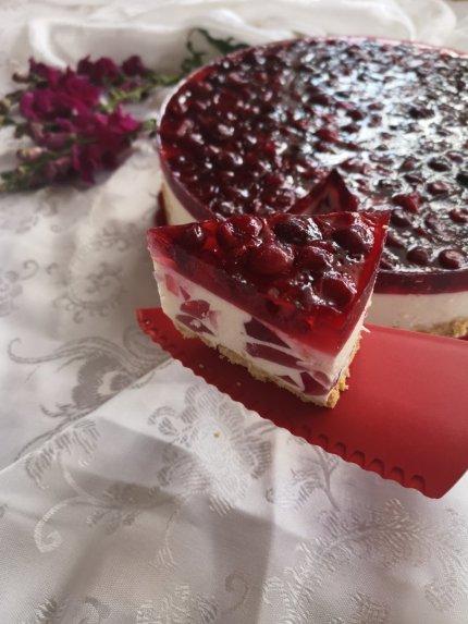 Nekeptas varškės tortas su želė gabaliukais ir vyšniomis