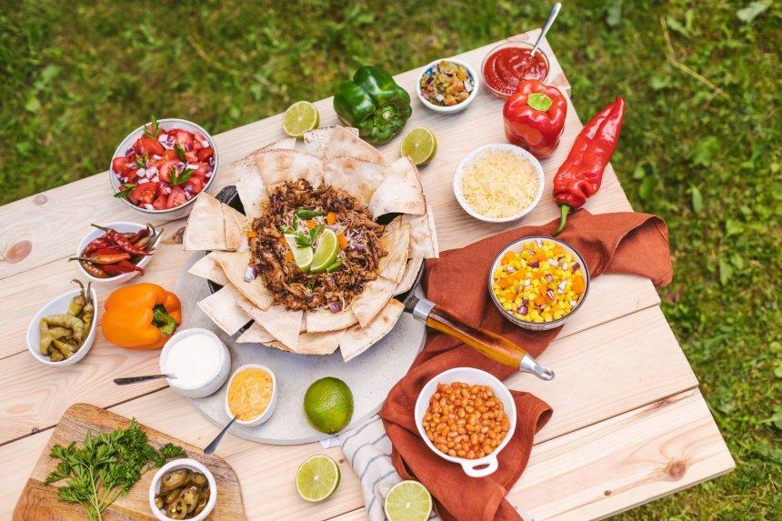 Meksikietiška tortilijų lėkštė su plėšyta kiauliena