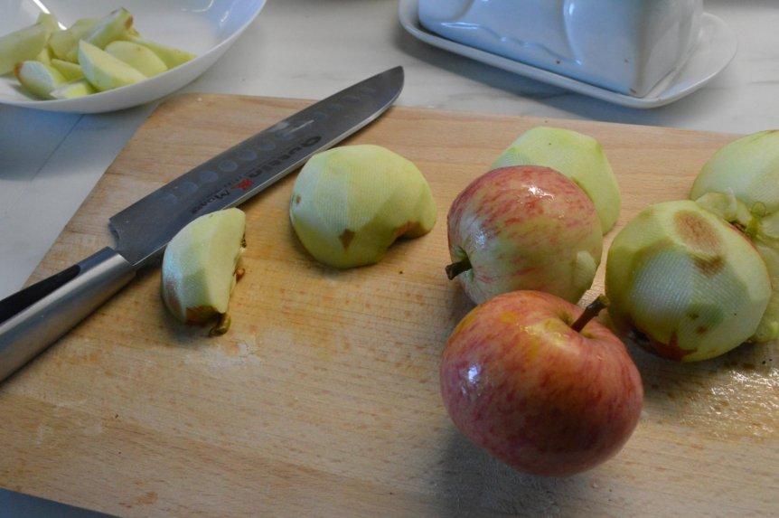 Apverstas kefyro pyragas su obuoliais