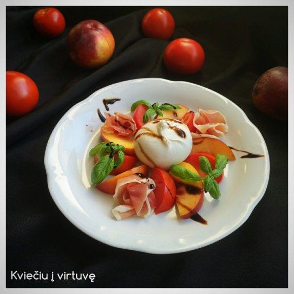 Salotos su burrata, persikais ir pomidorais