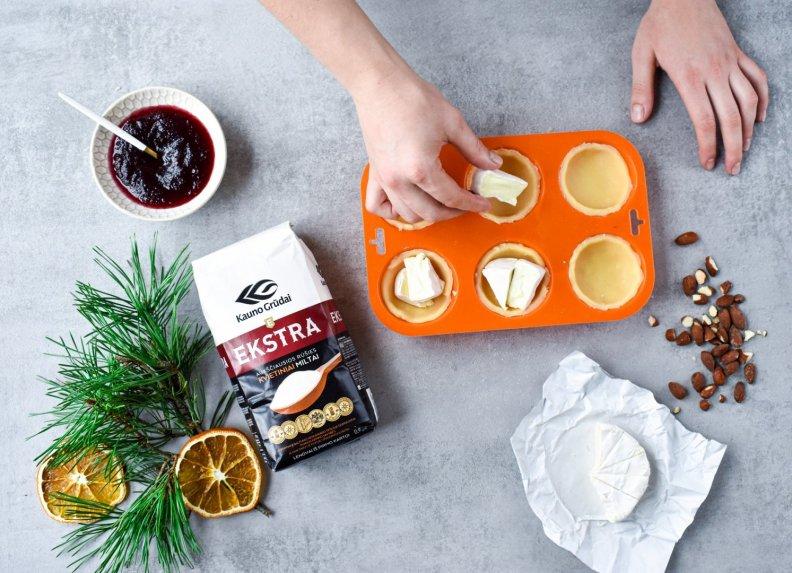 Bri sūrio ir spanguolių krepšeliai