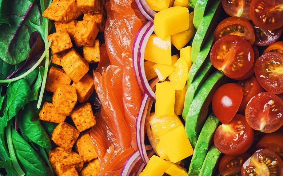 Spalvingos daržovių salotos su upėtakiu (arba lašiša)