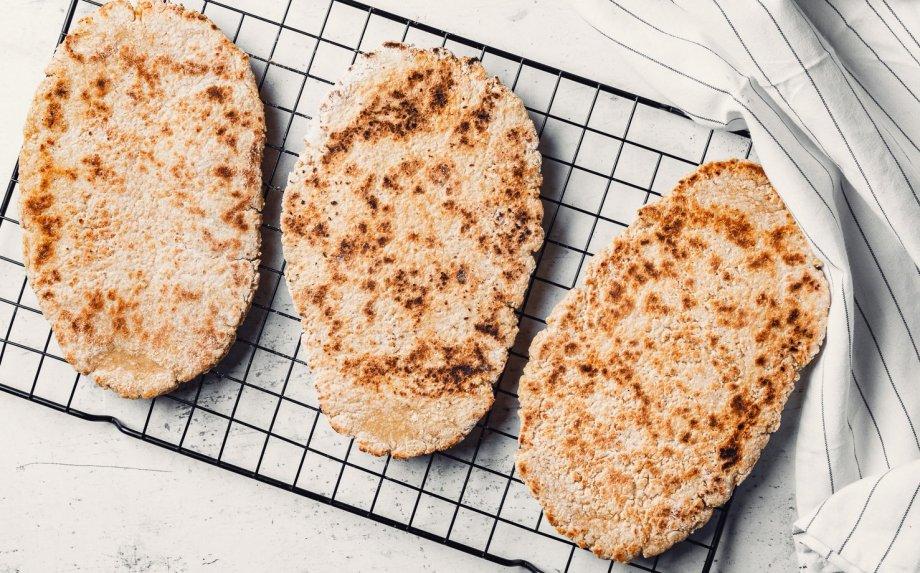 Avižinės duonelės keptuvėje