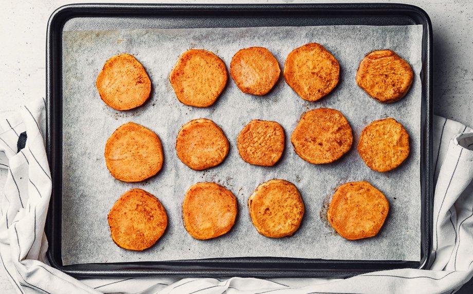 Saldžių bulvių kąsneliai su varškės užtepėle ir lašiša