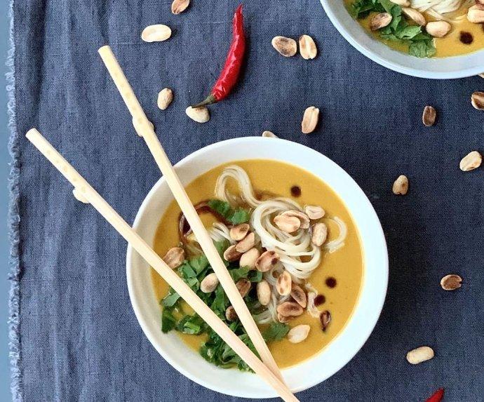 Moliūgų sriuba su žemės riešutų sviestu ir makaronais