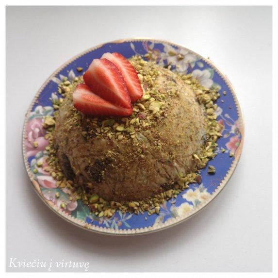 Nekeptas varškės desertas su pistacijomis ir slyvomis