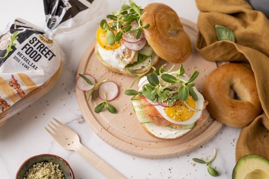 Beigeliai su avokadais, lašiša ir keptais kiaušiniais