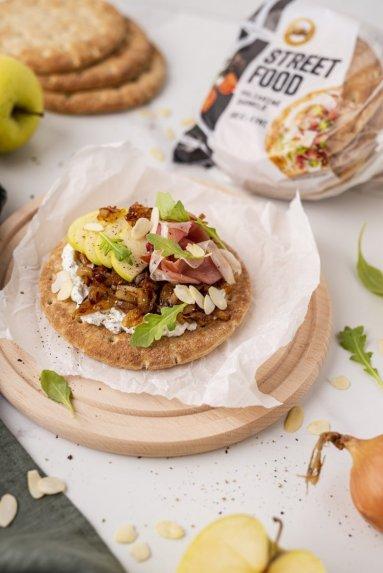 Poliarinės duonelės su rikota, karamelizuotais svogūnais ir vytintu kumpiu