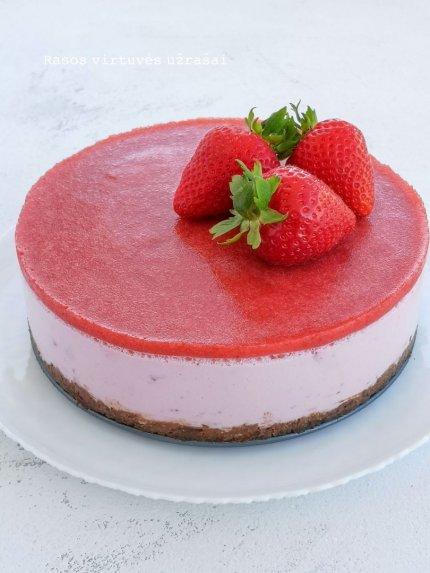 Nekeptas braškių tortas su jogurtu