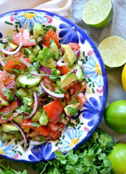 Vasariškos pomidorų, agurko ir avokado salotos